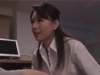 三浦恵理子 美熟女OLが若い同僚に着衣ご奉仕フェラ!