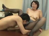円城ひとみ エロ黒パンストの熟女教師と保健室で中出しセックス!