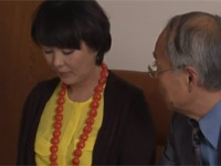 【ヘンリー塚本】円城ひとみ 自分の熟妻が男二人に抱かれる様子を鑑賞して楽しむ老人