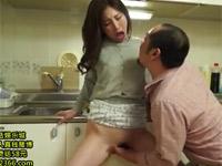 佐々木あき 美熟女妻に我慢できず台所で手マンベロチューからセックス!
