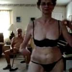 おじいちゃんの前でストリップを披露するおばあちゃん