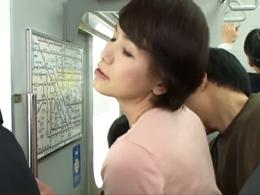 六十路の奥様が痴●に遭い、2回目を求めて電車に乗り込んだ結果…w 内原美智子