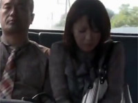 【ヘンリー塚本】夫婦生活に少し不満な熟女がバスで隣合わせた露出男と不倫