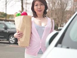 初撮りで恥ずかしがる43歳のキレイな熟女妻が若手男優に中出しされる! 小野さち子