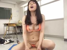 ザーメンいっぱいぶちまけてぇ?! 教室で生徒に強制中出しさせる熟痴女教師 三浦恵理子