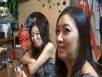 【無修正】突撃隣のマンご飯!スナックで熟女達と丸見え乱交セックスだ!
