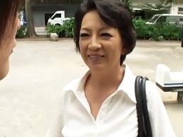 東京で一人暮らしをする息子に会いに来て禁断の濃厚セックスをしちゃう五十路母!