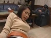 【無修正】友田真希 酔いつぶれた上司の隣で美熟女な奥様をいただきました!