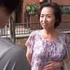 一人暮らしのアパートにやってきた六十路の母親とセックスする息子! 東條志乃