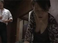 【ヘンリー塚本】連れ子に不倫を見られ、脅されセックスしてしまう熟女