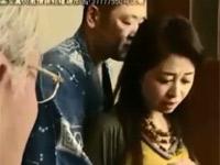 【ヘンリー塚本】プロ男優が自分の熟妻を抱くのを見て満足する老人