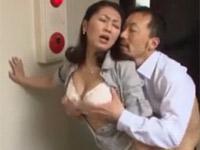 伊織涼子 長身四十路熟女と玄関や廊下やベッドでセックス!