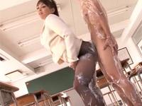 中森玲子 巨乳熟女教師がなんと教室で黒パンスト着衣のままソーププレイ!