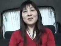 ナンパした素人熟女を言葉巧みに誘い車中でセックス成功!
