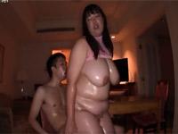 可愛い超ぽちゃ段腹人妻とオイルまみれで窒息しそうなセックス!