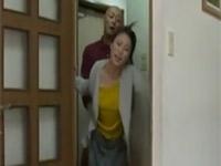 【ヘンリー塚本】スキモノ美熟女妻が早朝新聞配達男と玄関で着衣不倫セックス 五十嵐しのぶ