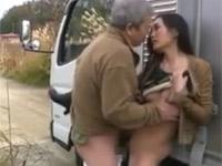 【ヘンリー塚本】運送業夫婦が道中小便ついでにトラック脇でセックス