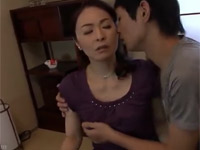 麻生千春 五十路の美熟女母が息子の手マンに耐えきれずイッてしまう!