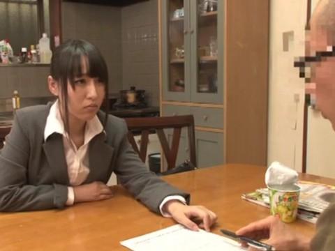 突然訪れた押し売り保険外交員は、昔イジメてきたクラスメイトの女子だった......