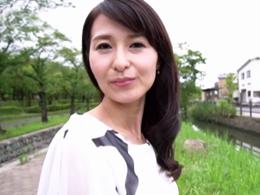 スレンダーでキレイな四十路妻が初撮りAVで中出しセックスに燃える! 北川礼子