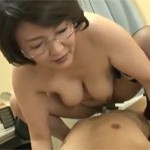 円城ひとみ チンポが私の中でヒクヒク動いてるわ!熟女教師に指導されながら教室セックス!