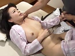 四十路のお義母さんを嫁が寝てる横で抱き、中出ししてしまう娘婿! 三浦恵理子