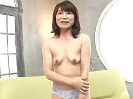 童顔でうぶな五十路熟女妻が初撮りAV出演!濡れやすいマ○コから愛液が溢れ出る