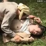 【ヘンリー塚本】熟年カップルが青姦中にチンピラに殴られ熟女が激しく犯される