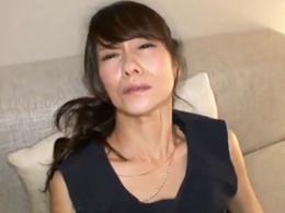 清楚で真面目な54歳のスレンダー妻がAV男優さんを前にエロく変貌していく! 麻生まり