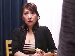 2人の息子たちと濃厚中出しセックスをしまくって性欲を満たす五十路の未亡人母 近藤郁美