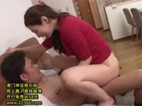佐々木あき 美熟女母が息子の友人と無理矢理セックス最後は自ら激しく腰振る!