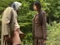 【ヘンリー塚本】美熟女に変態オヤジが露出したら何故かセックスOK!