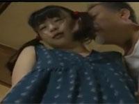 【ヘンリー塚本】少女とオッサンがグラビア撮影中にムラムラしてセックスする
