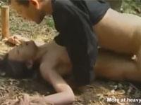 【ヘンリー塚本】野外で拘束された熟女兵士が縛られ犯される!