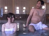 混浴で若い女子にパンパンに張った勃起テントを見せ付けたら...!?