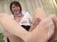 円城ひとみ 熟女エステ嬢が淫語手コキパンスト足コキで絶頂!