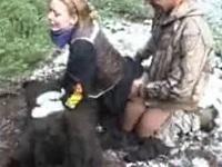 狩猟した熊の上でセックスしてみた