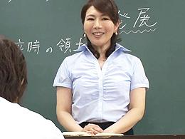 生徒に弱みを握られ、学校中で肉体を求められ中出しされる四十路女教師 小野さち子