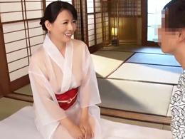 スケスケ着物で手コキやローションセックスをくれる回春旅館の四十路女将! 三浦恵理子