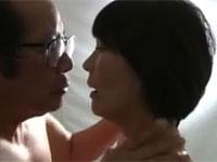 【ヘンリー塚本】お互いの配偶者が覗く中で夫婦交換セックスして興奮する熟年達 円城ひとみ