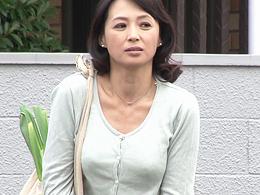 野ションを見られた近所の若者に口止め料としてSEXさせられる清楚な五十路妻 安野由美