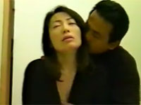 【ヘンリー塚本】夫が収監中の美熟女が欲求不満で不倫セックス