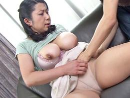 48歳爆乳母のマシュマロおっぱいに欲情が抑えきれなくなった息子ちゃん 柳留美子
