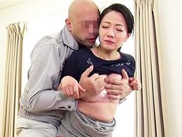 旦那の元上司に犯された巨乳妻、何度も求められるうちに濡れてしまい… 和泉紫乃