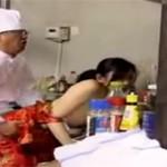 【ヘンリー塚本】チャイナドレスのパート熟女と大将が中華屋厨房で仕事の合間セックス