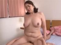加山なつ子 父の知り合いの豊満熟女が跨がり腰振り腹肉と巨乳激揺れなセックス