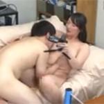 四十路奥様が素人大学生宅に突撃してハメ撮りセックス!