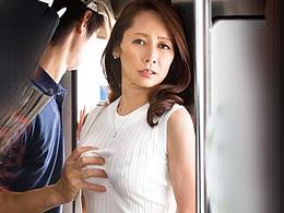 電車でさわられた五十路令夫人が快感を求めて同じ電車に乗っちゃう! 南條れいな