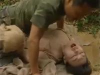 【ヘンリー塚本】SEX用の女性捕虜と山中で青姦する軍人
