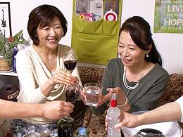 【熟女ナンパ】五十路のおばさん2人をナンパして自宅アパートで盛り上がって乱交盗撮!